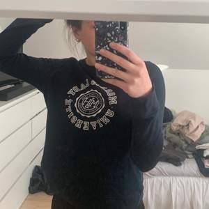 Super fin sweatshirt från  Morris i stl xs men passar mig som brukar ha stl s.   super skön, använd några gånger och är i använt skick. Tröjan är i en väldigt fin mörkblå färg och passar till mycket. Om ni är intresserade hör av er på pm, eller för fler bilder eller frågor. Nypris är 999kr och mitt pris är 170+frakt.☺️