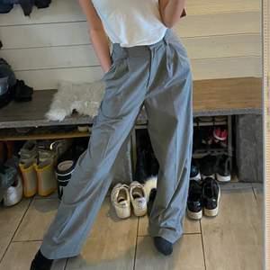 Ljusgrå kostymbyxor från H&M, stl 36, (jag är runt 1.63)