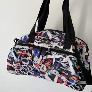 Colorful big gym bag from team sportia. Has many pockets and two different handles (however one is a bit cut but can still be used).