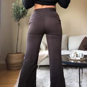 Bruna byxor från H&M! Bruna fina med sytt tryckkärl så var inte orolig att det försvinner med tiden. Modellen är utsvängd och går precis ner till hälen på mig som är 170cm! Het oanvända. Hör gärna av er!!💐