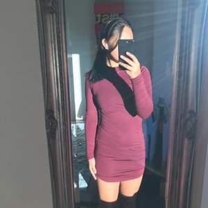 Vinröd tajt klänning köpt på bubbelroom, märke 77thflea! Endast använd en gång🤎❤️❤️❤️