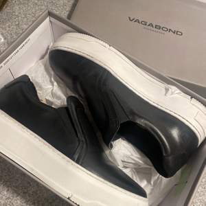 Ett par helt nya sneakers från Vagabond modell Judy. De är endast testade en gång och behandlade med skokräm.  Köptes för 1000 kr och originalförpackning ingår. Storlek 38. Hör gärna av er vid fler frågor!
