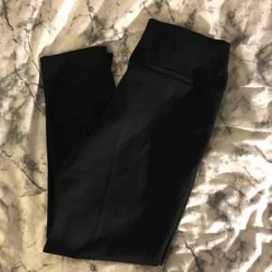 Säljer denna fina kostymbyxorna jag fick av en kompis. Den är i superbra kvalitet men den är lite liten i stl. Kostymbyxor har en liten slits.