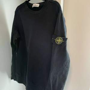 Så fin stone island collage tröja. Väldigt bra skick. Nypris 2600kr. Storlek M.