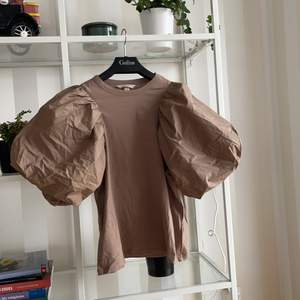 Brun t-shirt med puffärmar från h&m. Använd 1 gång. Storlek s