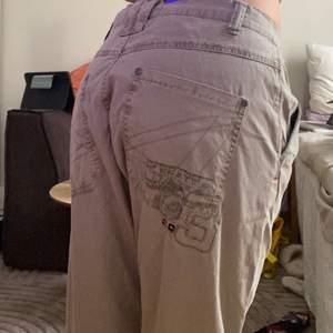 Snygga unika byxor! Med cool detalj på fickan! Storlek 32/34💝i bra skick!!