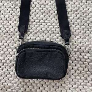 Säljer min väska från arket, använder några gånger men ser inte använd ut. Superfin, svart och glittrig! Skickar gärna, köparen står för frakten!💫