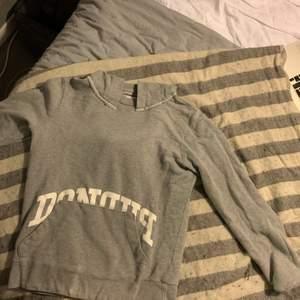 Hjälper nu min kille att sälja hans gamla kläder som inte längre kommer till användning😊Först ut är denna dondup hoodien, den är i bra skick förutom de mindre hålen på slutet av ärmarna på sista bilden✨