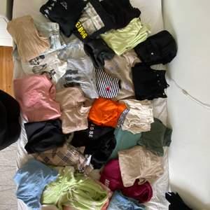Hej! Jag säljer nu en hel del kläder som ni kan se på bilderna😅 självklart är inte detta några bra bilder men ville inte lägga ut så många annonser, kolla gärna in bilderna noga och skriv gärna ifall du är intresserad så skickar jag fler bilder och pris!!!💗 jag säljer bland annat ett par wide leg jeans från junkyard, beiga hängselbyxor, kappa byxor, flera sweatshirts från weekday och missguided, även många t-shirts från olika märken, bland annat zara och carlings💓💕 men som sagt hör av er så får ni bättre bilder!! Och kolla gärna noga för det är lätt att missa något😅