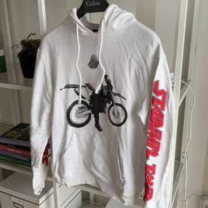 En hoodie med Justin Bieber och hans turné från H&M. Stor i storleken