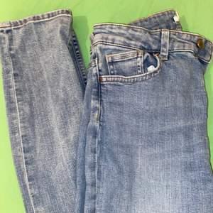 Blå jeans från H&M i storlek 36. De är normal waist och är inte skinny. Knappt använda. Kan frakta eller möts i Malmö.