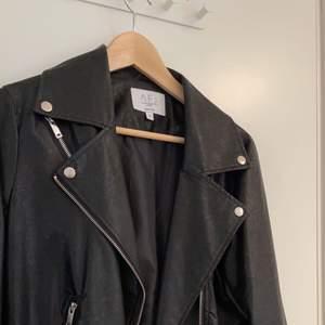 skinnjacka från AFJxNA-KD, jättefin skinnjacka i en oversized modell jackan är i nyskick använd 2-3, gånger nypris 699kr, storlek 34 men passar även 36 + 66kr frakt