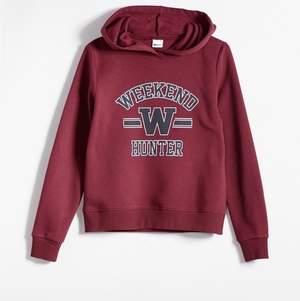 vinröd hoodie från gina tricot , köptes för några år sen men har knappt användt den.