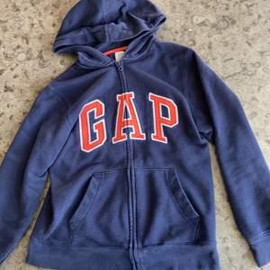 Supersnygg Gap hoodie! Fint skick, möts upp i Stockholm eller så betalar köparen för frakt! Pris kan diskuteras.