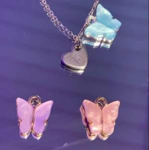 Jättegulliga halsband som jag gör själv!! Finns bara två stycken! Man får välja om man vill ha fjäril eller inte och vilken färg man vill ha💕 (har bara en av dessa färger) skiv också till mig vilken bokstav ni vill ha på hjärtat💕 30kr utan fjäril & 45 med  blå-slut