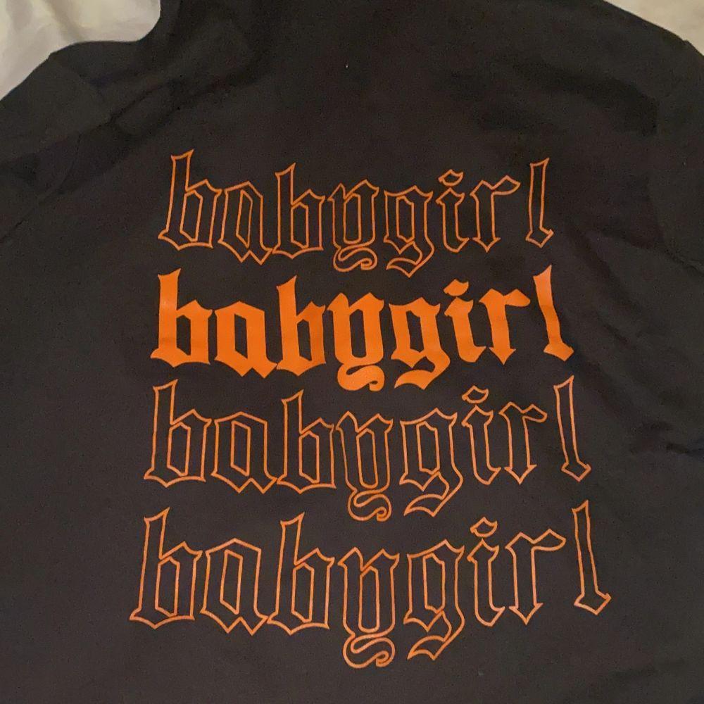 Säljer nu denna hoodie ifrån Boohoo i strl M. Köpte den i höstas men har endast använt den någon enstaka gång. Så i nyskick. Nypris låg på omkring 250-300kr. 💕Säljer för 90kr och köparen står för frakten!!! . Huvtröjor & Träningströjor.