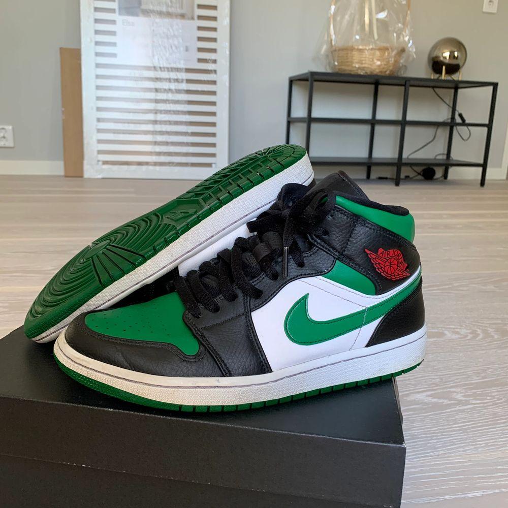 Säljer min pojkväns Jordans i storlek 42, köpta på Nikes egna hemsida, box medföljer. Sparsamt använda inga revor eller liknande. Hör av dig om du vill ha fler bilder! Budgivning från 1500 👍🏼 värda 3150 kr . Skor.