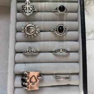 Fina och unika ringar som tyvärr inte kommer till användning 🪐❤️✨ Alla ringar kostar 30kr styck förutom den större ringen med ett spelkort på som kostar 50kr, köp alla för 150kr❤️