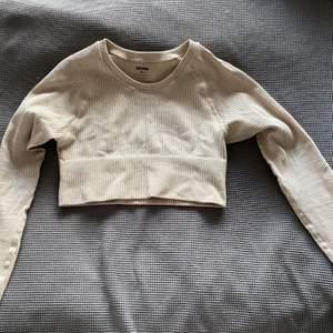 Träningsset från Bikbok. Storlek S. Jättefina träningskläder men jag säljer dom av anledningen att dem inte passar mig och kan inte lämna tillbaka i butik då jag inte har lapparna kvar.