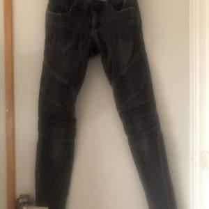 Säljer mina svarta biker jeans, ha två hål vid rumpan men går nog att laga  Storlek 27