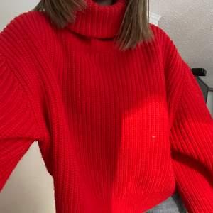 Jättefin röd stickad lite kort tröja med polo. Färgen kommer tyvärr inte fram rättvist på bilderna men jättefin röd färg. Passar S-M då den är ganska stor.