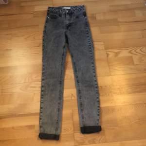 Mina jättefina smuts grå skinny jeans från gina använda en gång, säljer för att de inte kommer till användning, köpta för 300kr❤️ köparen står för frakten