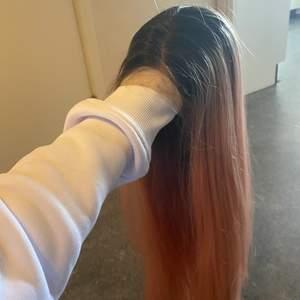 Rosa peruk med svart utväxt, lace front. Superfin!  Ni får även med en wig cap som ni har på erat naturliga hår innan ni sätter på peruken.