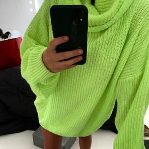 Fin neongul stickad oversize klänning ifrån NAKD, passar en xs-m skulle jag säga. Mitt pris är 250kr.