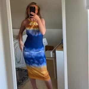 sååå vacker klänning från H&M sedan sedan några år tillbaka, går därför inte att få tag på. Nyskick, dragkedja baktill och är i storlek 36 🧡 retro vibe! Fraktkostnad: 59kr spårbar