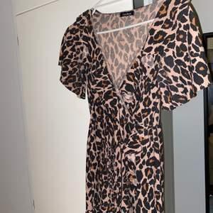 Jättefin volang-leopardklänning från Boohoo. Storlek S. Klänningen slutar ovanför mina knän, är 170. 150kr+frakt