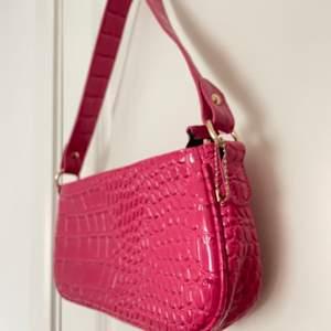 Säljer en skrikrosa baguettebag!! Bara använd en gång, skriv om intresserad!!🏼🏼