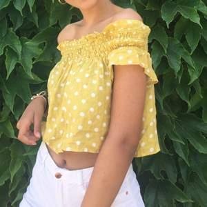 Säljer min söta topp/blus i storlek S från pull & bear🥰 Så fin på sommaren till byxor eller shorts osv. Använd 2 ggr!!