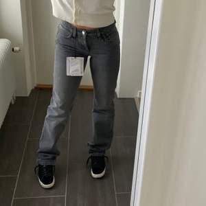 Grå zara jeans som är slut på hemsidan och i butik. Jag har de i storleken 38. De är raka i modellen och sitter lågmidjat, de är HELT NYA och PRISLAPP SITTER KVAR! Buda eller köp direkt för 650kr, buda med +20 kr 🤎🤍🤎🤍Frakt 66kr. BUDA FRÅN 400 Högsta bud:500 + frakt