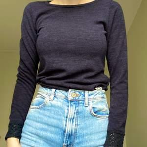 En mörkblå stickad tröja i strl S. Från Reserved, använd 1 gång😊 kan skicka fler bilder, bara att fråga.