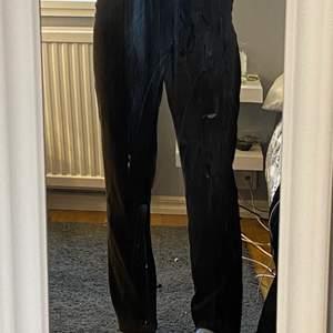 Ett par bruna mjuka typ velour kostym byxor, lappen är borta men dem passar storlek m och säkert s💗