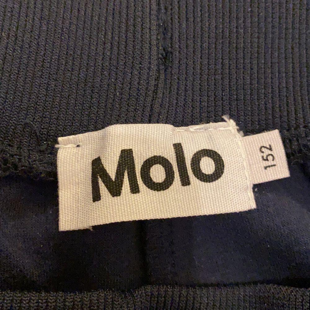 Hej, jag säljer ett par Mysiga byxor som är till Molo tjock tröjan, dom här byxorna är väldigt sköna och bra kvalite, dm mig så kan vi bestämma ett pris🥰 Tack ☺️ . Jeans & Byxor.
