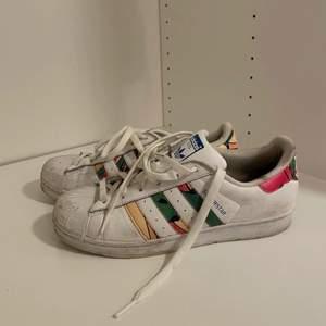 Väl använda adidas skor, hade behövt tvättas och tas hand om😅🖤