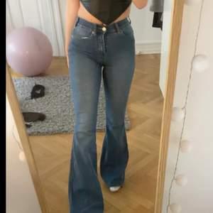 säljer mina skitsnygga lågmidjade bootcut jeans från dr denim. köpta för 500kr, säljer pga att de ej kmr till användning längre. skitsnygga å ganska stor bootcut. stretchiga! skriv privat för fler bilder