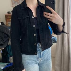 En klassisk svart jeansjacka från zara som passar till allt, har två stycken svarta jeansjackor och behöver bara en. I bra skick utan slitningar! Kan frakta med postnord skicka lätt för 66kr.