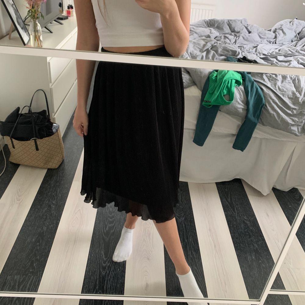 Plisserad lång kjol från en butik jag inte kommer ihåg vad den hette. Märket är soaked. Den är i storlek M men har sytt in den så att den passar en XS/S. Man kan säkert sprätta upp det om man vill det också! Väldigt fint skick, använd få gånger. Köpt för 500. Köparen står för frakt💞. Kjolar.