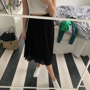 Plisserad lång kjol från en butik jag inte kommer ihåg vad den hette. Märket är soaked. Den är i storlek M men har sytt in den så att den passar en XS/S. Man kan säkert sprätta upp det om man vill det också! Väldigt fint skick, använd få gånger. Köpt för 500. Köparen står för frakt💞
