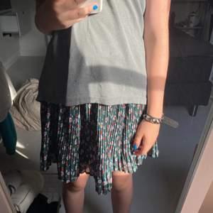 Gullig mörkgrön kjol med blommor i olika färger från name it!! Den är i barnstorlek och den är 11 år men jag skulle säga att den är mer 14 år (S) eftersom den är stretchig!! Hör av dig om frågor och tankar💐🌟🌺