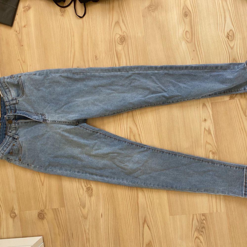 Superfina högmidjade jeans, aldrig använda😋 kontakta mig vid intresse🤍. Jeans & Byxor.