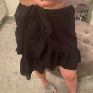 Fin volang kjol ifrån Vero Moda. Köpte för något år sedan men är använd fåtal ggr. Vet ej vad storleken är men skulle gissa på 36💕 Fin kjol till sommaren