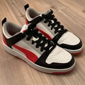 Säljer mina fina puma skor som endast är använda ett fåtal gånger, max 4-5 gånger. De är i bra skick, knappt några creases alls och skorna har tagits väl hand om. Originalbox finns tyvärr inte med då jag kastade den när jag köpte skorna . De kommer inte längre till användning!