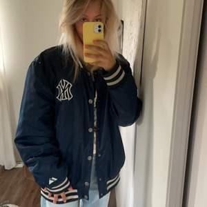En svincool marinblå varsity jacka, sitter oversized på mig som har S. Skulle säga att den passar alla storlekar beroende på hur man vill att den ska sitta💙