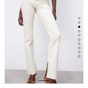 Helt oanvända beiga jeans med slits från Zara storlek 40. Slutsålda på hemsidan
