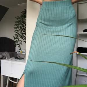 Vid hög efterfrågan kör vi budgivning!! Säljer denna gröna kjol i ett mjukt ribbstickat material i nyskick🥰🥰 Frågor? Kontakta mig! Köparen står för frakt!