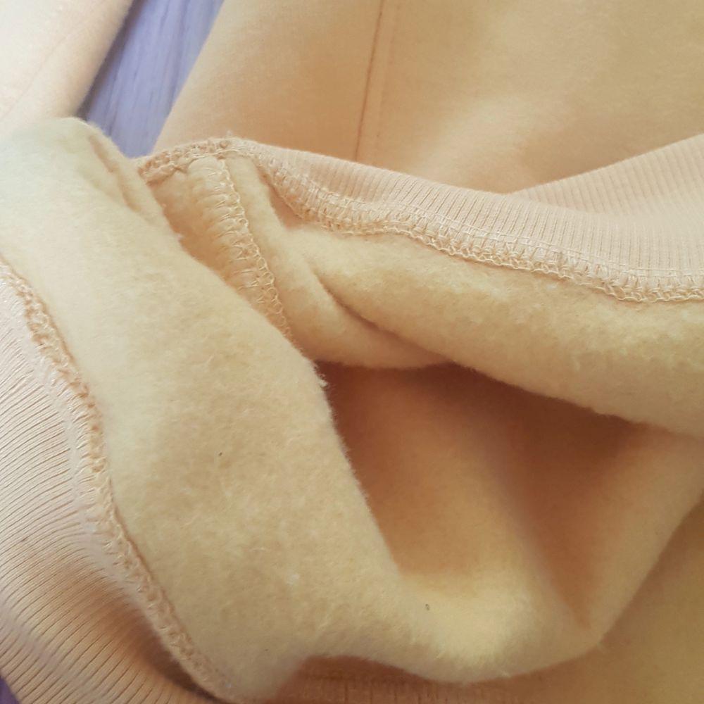 En jätte fin gul/orange hoodie som är i ett toppen skick! Har aldrig använt den då jag inte tyckt att färgen passat mig! Den har ett jätte mysigt inne material och är även lite oversized och passar en XS-M beroende på hur man vill att den ska sitta!🥰 Köparen står för frakt!. Tröjor & Koftor.