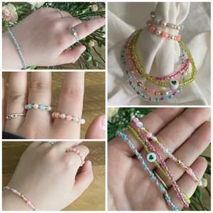 Jag säljer massa olika handgjorda smycken i okika deisgns. Här är exempel på smycken jag säljer och fler nyheter är på ingång. Du kan självklart specialdesigna dina egna smycken. Kontakta mig för pris och vid andra frågor. Jag säljer allt mellan halsband, ringar, armband, fotlänkar och örhängen. 🤍 Checka min instagram för mer @jewelryea. 🤍